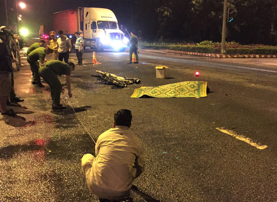 Vượt đèn đỏ, nam sinh viên bị xe container tông chết - Ảnh 1.