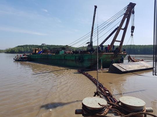 Gay cấn tàu chở container chìm ở TP HCM - Ảnh 1.