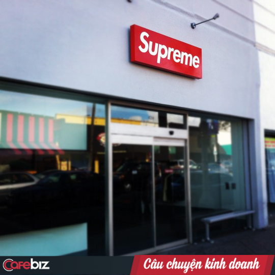 Chỉ cần có logo Supreme, người ta sẵn sàng xếp hàng mua dù đó là cục gạch? - Ảnh 1.