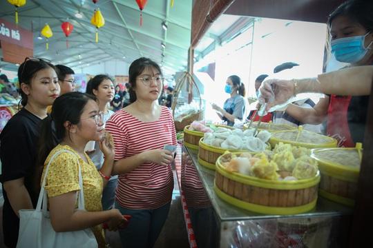 Hàng loạt món ăn độc, lạ khắp châu Á hút giới trẻ TP HCM - Ảnh 5.