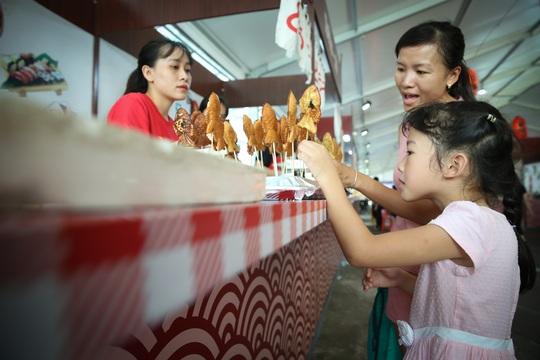 Hàng loạt món ăn độc, lạ khắp châu Á hút giới trẻ TP HCM - Ảnh 13.