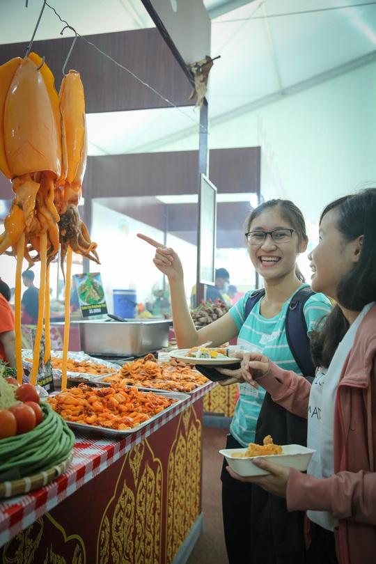 Hàng loạt món ăn độc, lạ khắp châu Á hút giới trẻ TP HCM - Ảnh 7.