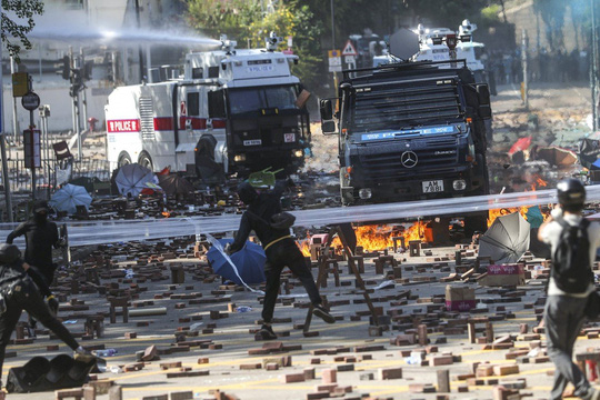 Hồng Kông: Bạo lực leo thang, cảnh sát bắn đạn thật - Ảnh 3.