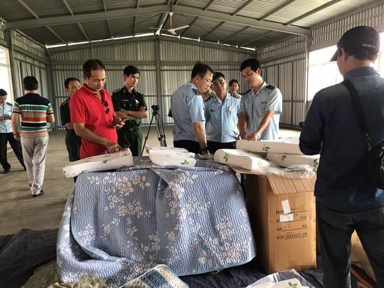 Hơn 7 tấn hàng Trung Quốc mạo xuất xứ Việt Nam bị phát hiện - Ảnh 1.