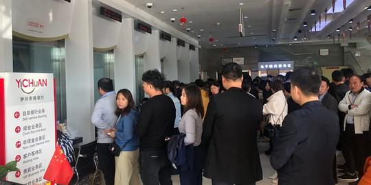 Nghe tin ngân hàng sắp phá sản, người dân Trung Quốc đổ xô đi rút tiền - Ảnh 1.