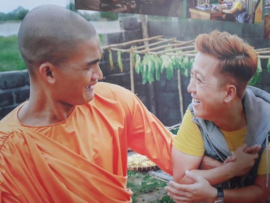 """Mạc Văn Khoa cạo đầu, Trường Giang hóa con """"mất dạy"""" trong phim Tết - Ảnh 1."""