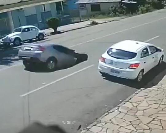 Sốc với cảnh xe đang chạy bị hố tử thần nuốt chửng - Ảnh 2.
