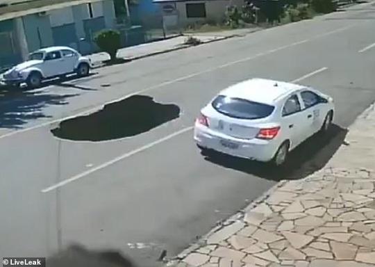 Sốc với cảnh xe đang chạy bị hố tử thần nuốt chửng - Ảnh 1.