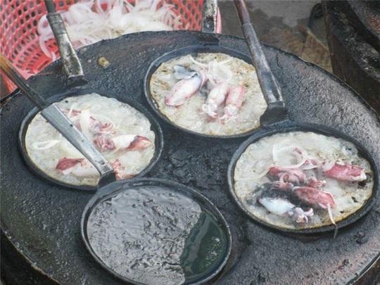 Bánh xèo mực - đặc sản ngon mà lạ của thành phố biển Nha Trang - Ảnh 1.