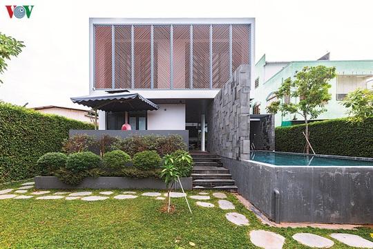 Ngôi nhà hướng nội có tường rào cây xanh - Ảnh 1.