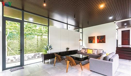 Ngôi nhà hướng nội có tường rào cây xanh - Ảnh 3.