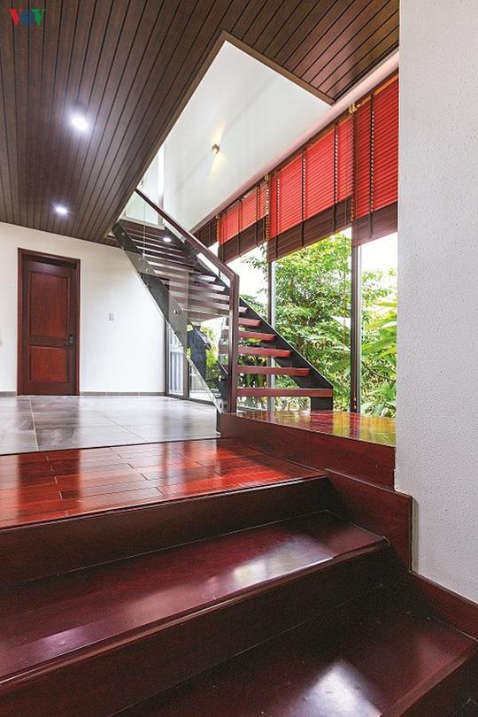 Ngôi nhà hướng nội có tường rào cây xanh - Ảnh 5.