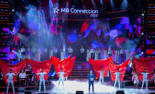 """Đêm nhạc tri ân khách hàng của MB: """"Khi ta 25 - Live Concert"""" - chạm đến trái tim khán giả - Ảnh 1."""