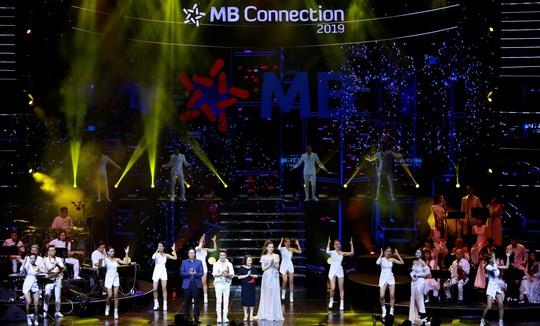 """Đêm nhạc tri ân khách hàng của MB: """"Khi ta 25 - Live Concert"""" - chạm đến trái tim khán giả - Ảnh 2."""