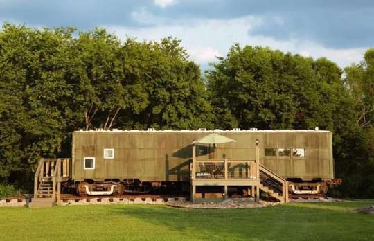 Những ngôi nhà độc đáo được chế tạo từ máy bay, tàu hỏa - Ảnh 2.