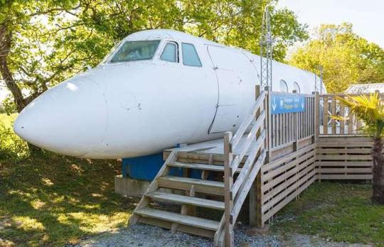 Những ngôi nhà độc đáo được chế tạo từ máy bay, tàu hỏa - Ảnh 4.