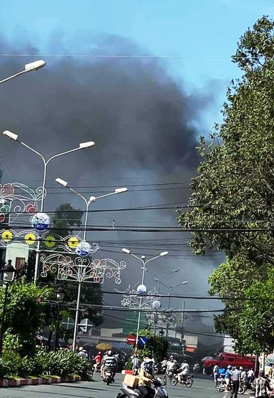 Cháy dữ dội ngay trung tâm thị xã Gò Công, tỉnh Tiền Giang - Ảnh 1.