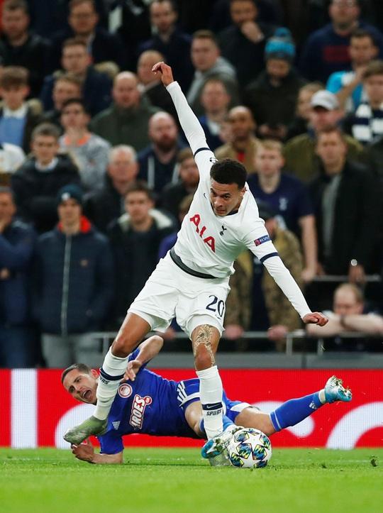 Mourinho tri ân cậu bé nhặt bóng trong chiến thắng ở Champions League - Ảnh 3.