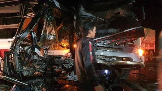 Tai nạn kinh hoàng, xe container tông trực diện xe khách chở 20 người - Ảnh 1.