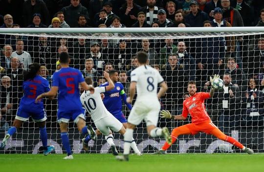 Mourinho tri ân cậu bé nhặt bóng trong chiến thắng ở Champions League - Ảnh 4.