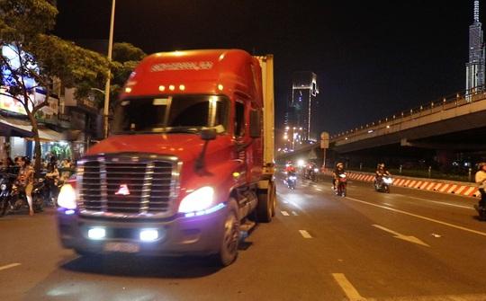 Vụ xe tải nặng tung hoành vào giờ cấm: Thanh tra giao thông mở đợt cao điểm xử lý - Ảnh 1.