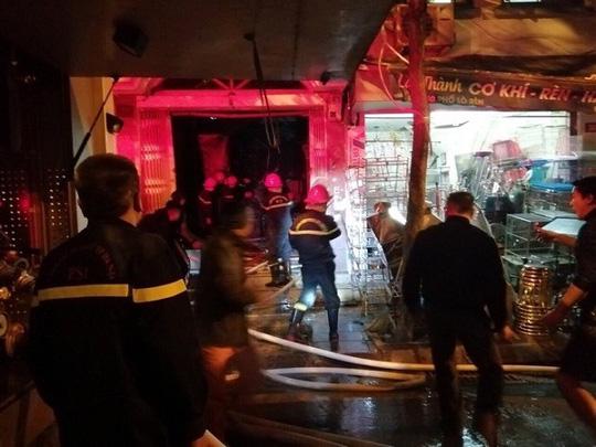 Xe chở bình gas bất ngờ phát nổ, lửa lan sang nhà dân - Ảnh 6.