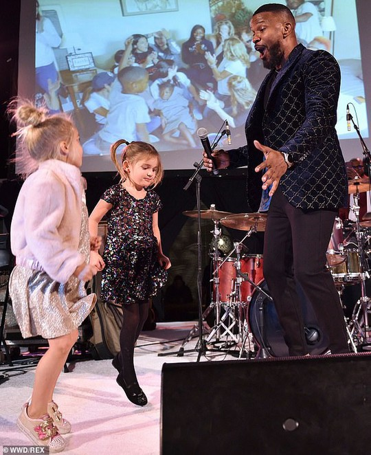 Siêu mẫu Cindy Crawford đọ dáng với con gái - Ảnh 9.