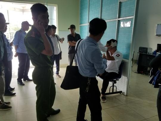 Công an lên tiếng vụ đưa 2 sinh viên đi khám thương khi đang bị tạm giữ - Ảnh 1.