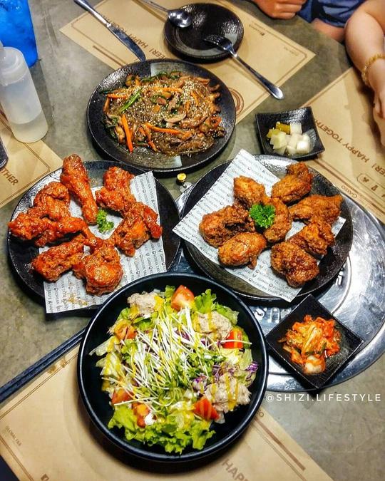 Những khu phố ẩm thực thu hút giới trẻ ở TP HCM - Ảnh 2.