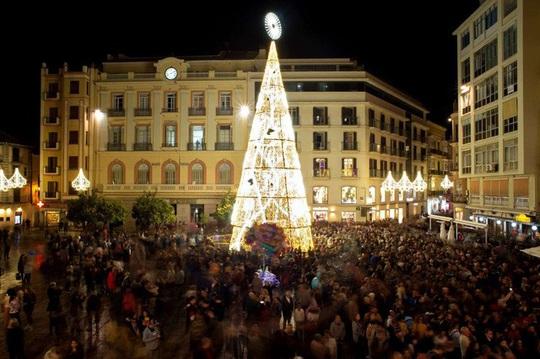 Choáng ngợp những cây thông Noel lung linh trên khắp thế giới - Ảnh 2.