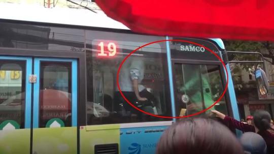 Hai tài xế xe buýt và Grab chốt cửa, ẩu đả ngay trên xe sau va chạm giao thông - Ảnh 2.