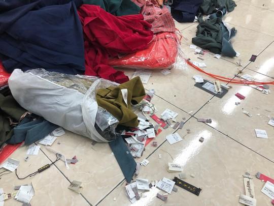 Bắt quả tang cơ sở cắt mác hàng chục ngàn quần áo, hô biến thành xuất xứ Việt Nam - Ảnh 1.