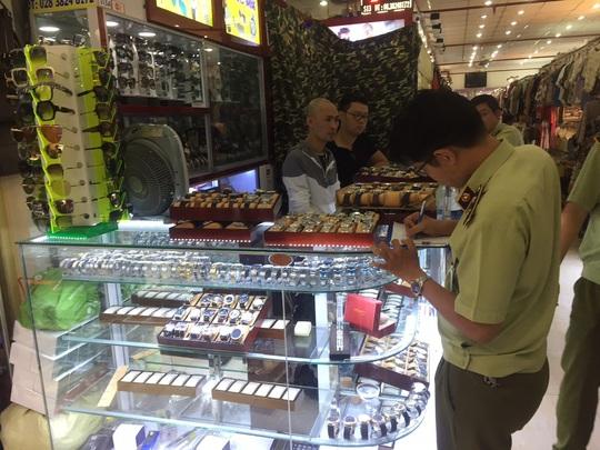 Quản lý thị trường đồng loạt kiểm tra ở chợ Bến Thành và Sài Gòn Square - Ảnh 1.