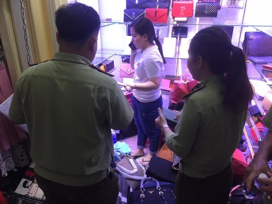 Quản lý thị trường đồng loạt kiểm tra ở chợ Bến Thành và Sài Gòn Square - Ảnh 3.