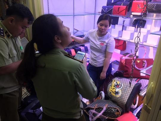 Quản lý thị trường đồng loạt kiểm tra ở chợ Bến Thành và Sài Gòn Square - Ảnh 4.