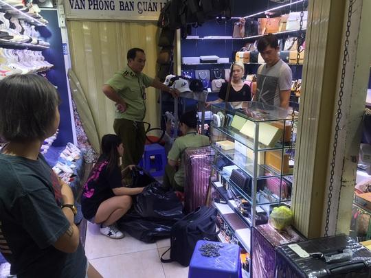 Quản lý thị trường đồng loạt kiểm tra ở chợ Bến Thành và Sài Gòn Square - Ảnh 7.