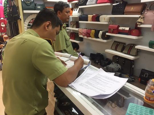Quản lý thị trường đồng loạt kiểm tra ở chợ Bến Thành và Sài Gòn Square - Ảnh 8.