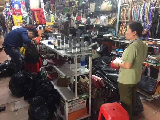 Quản lý thị trường đồng loạt kiểm tra ở chợ Bến Thành và Sài Gòn Square - Ảnh 10.