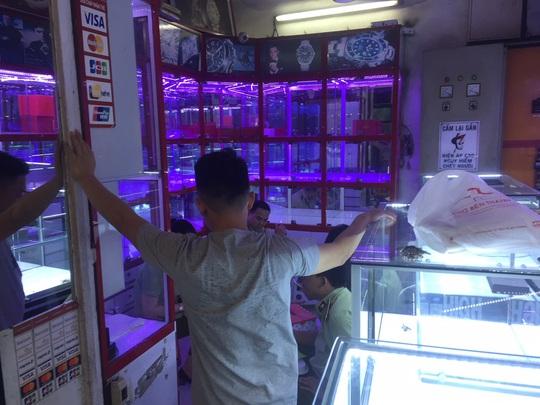 Quản lý thị trường đồng loạt kiểm tra ở chợ Bến Thành và Sài Gòn Square - Ảnh 11.