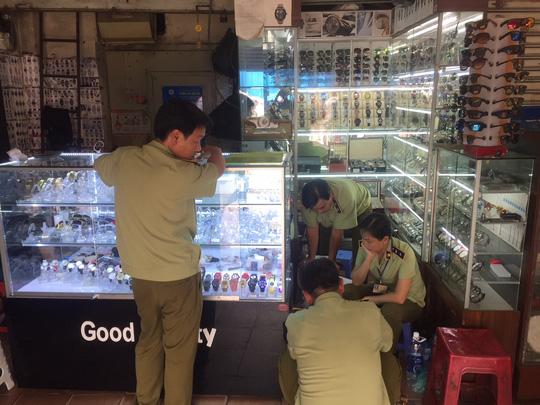 Quản lý thị trường đồng loạt kiểm tra ở chợ Bến Thành và Sài Gòn Square - Ảnh 12.