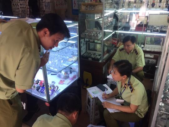 Quản lý thị trường đồng loạt kiểm tra ở chợ Bến Thành và Sài Gòn Square - Ảnh 13.