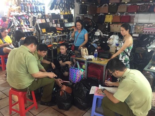Quản lý thị trường đồng loạt kiểm tra ở chợ Bến Thành và Sài Gòn Square - Ảnh 15.