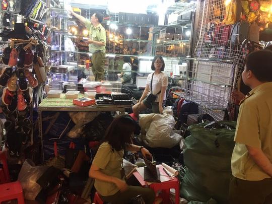 Quản lý thị trường đồng loạt kiểm tra ở chợ Bến Thành và Sài Gòn Square - Ảnh 16.