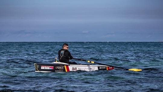 Người đầu tiên chinh phục eo biển nguy hiểm bậc nhất thế giới - Ảnh 2.