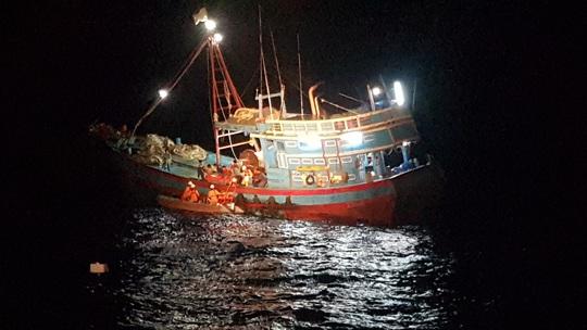 Cứu ngư dân bị tai nạn lao động, đứt lìa bàn chân khi đang hành nghề trên biển - Ảnh 2.