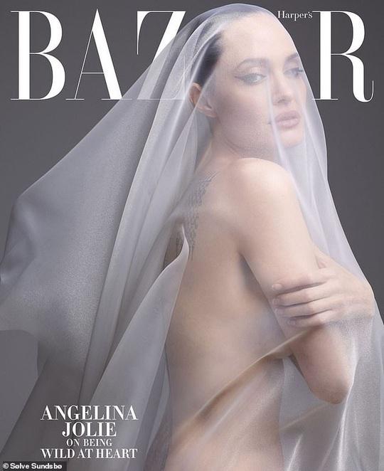 Angelina Jolie gây choáng với bộ ảnh nude ở tuổi 44 - Ảnh 1.