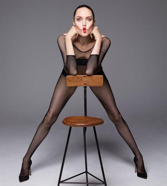 Angelina Jolie gây choáng với bộ ảnh nude ở tuổi 44 - Ảnh 2.