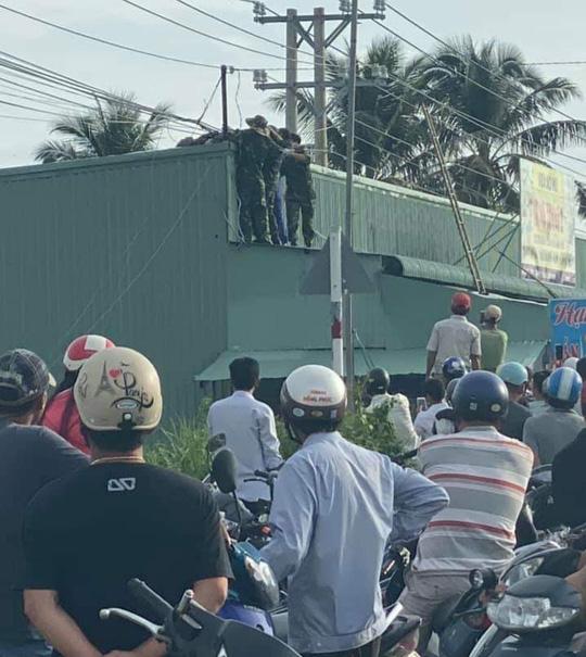 Kéo cáp viễn thông ở Phú Quốc, 2 sĩ quan quân đội bị điện giật thương vong - Ảnh 1.