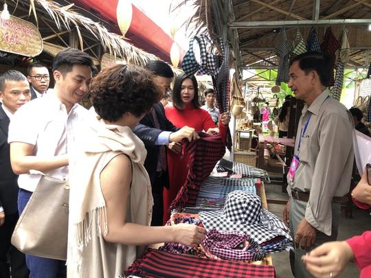 Cuối tuần đi chợ đặc sản Đồng Tháp ở siêu thị tại TP HCM - Ảnh 2.