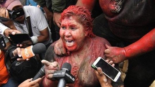 Người biểu tình cắt tóc và đổ sơn đỏ lên người nữ thị trưởng - Ảnh 1.